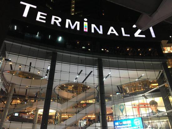 タイのバンコクにあるターミナル21というショッピングモールです