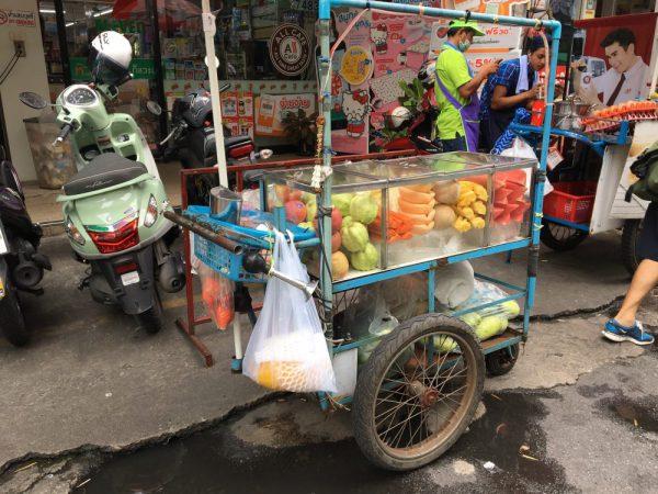 タイ・バンコクの屋台の果物です。