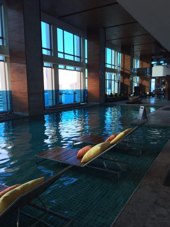 タイのバンコクにあるルネッサンスホテルのプールです