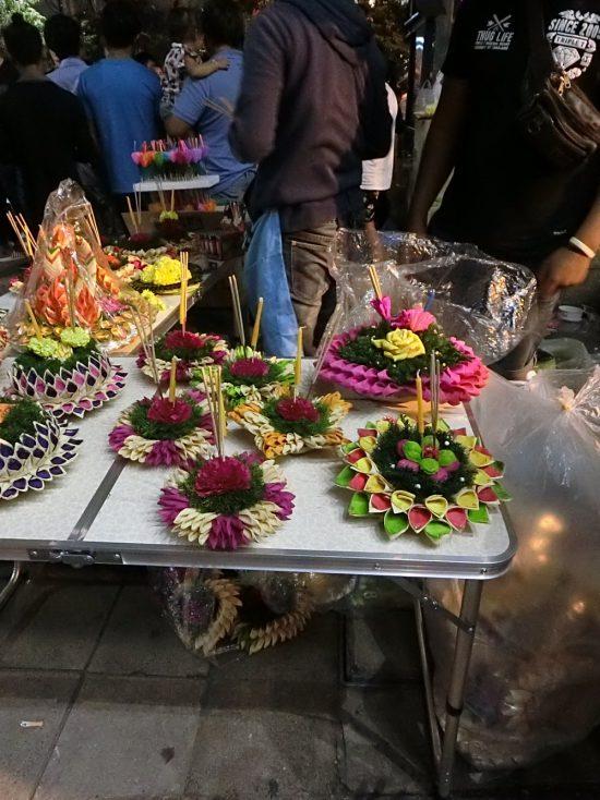 タイのバンコクのロイクラトン祭りのクラトンです