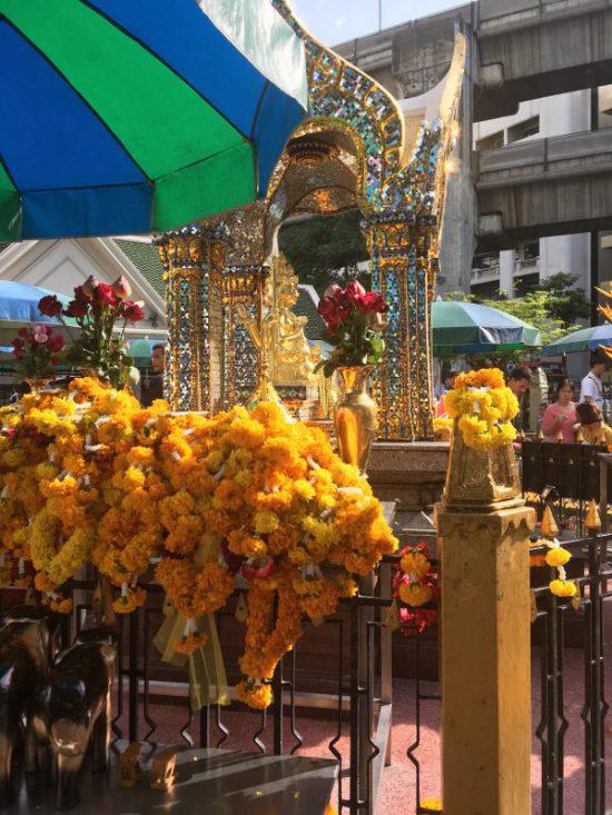 タイ・バンコクのエラワン廟の様子です