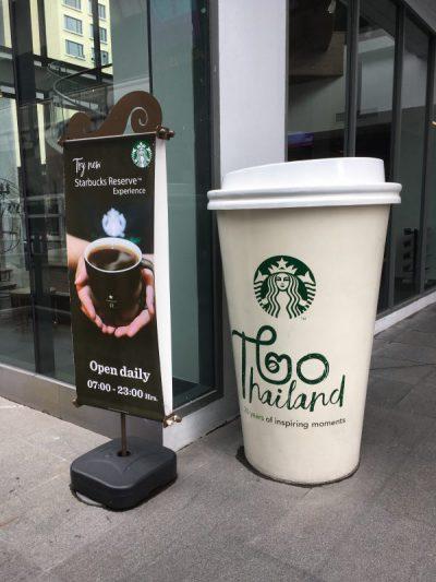 タイ・バンコクのスターバックスの看板と巨大なカップ